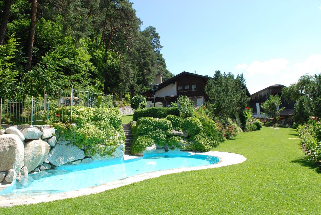 Appartamenti con piscina e vasca per bambini in val pusteria for Piscina in giardino